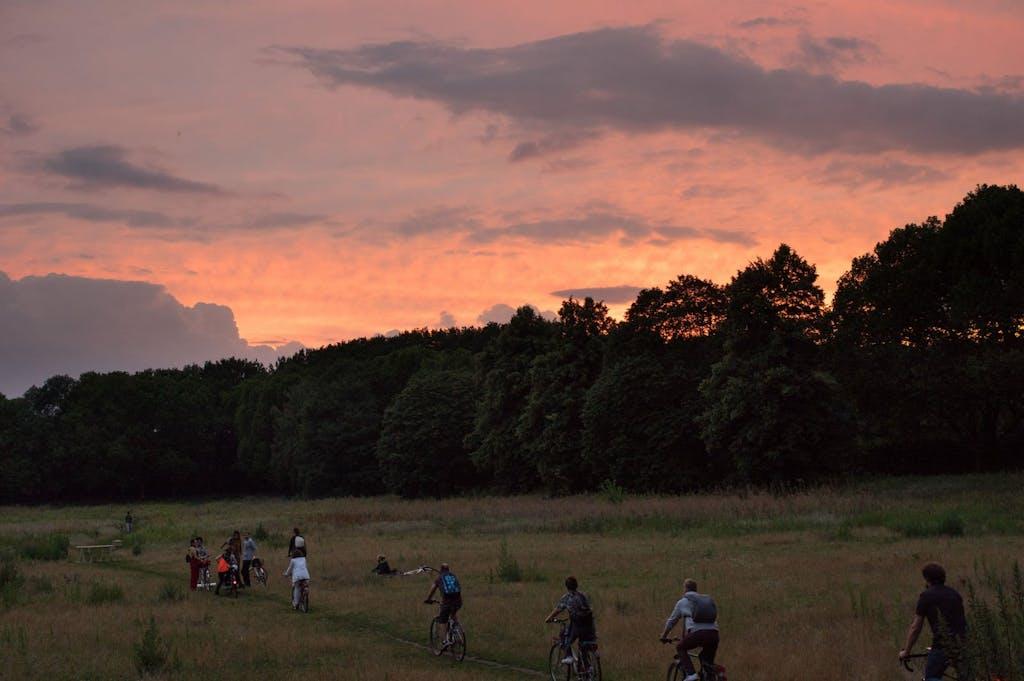 Die Teilnehmer des Art Spin erreichen die Rehberge im Abendrot.