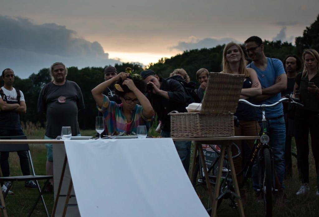 Eine Frau steckt sich Essen in die Haare beim ArtSpin im Volkspark Rehberge.