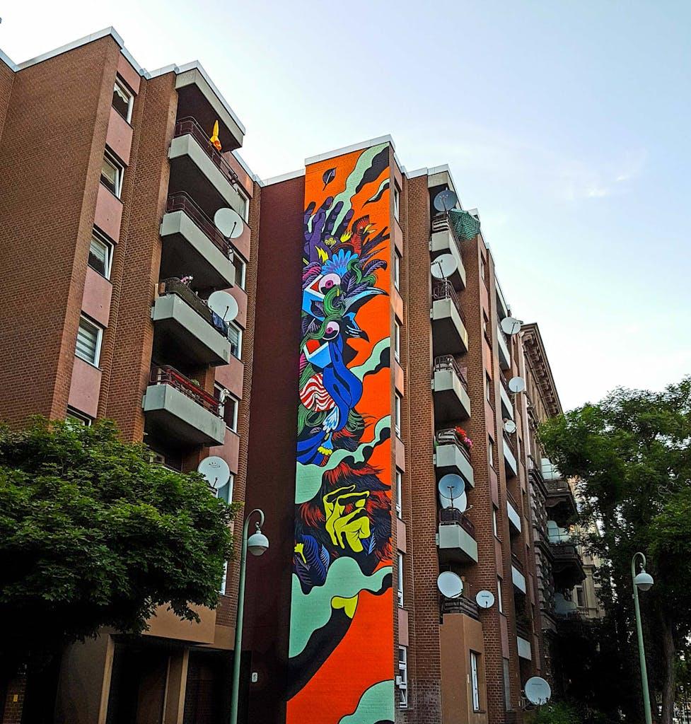 Wandgemälde einer Frau an einer Hauswand in Berlin