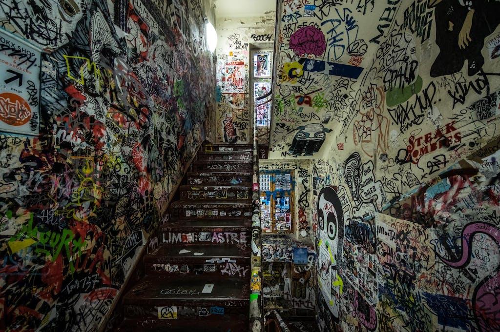 Treppenaufgang zur Galerie Neurotitan im Haus Schwarzenberg.