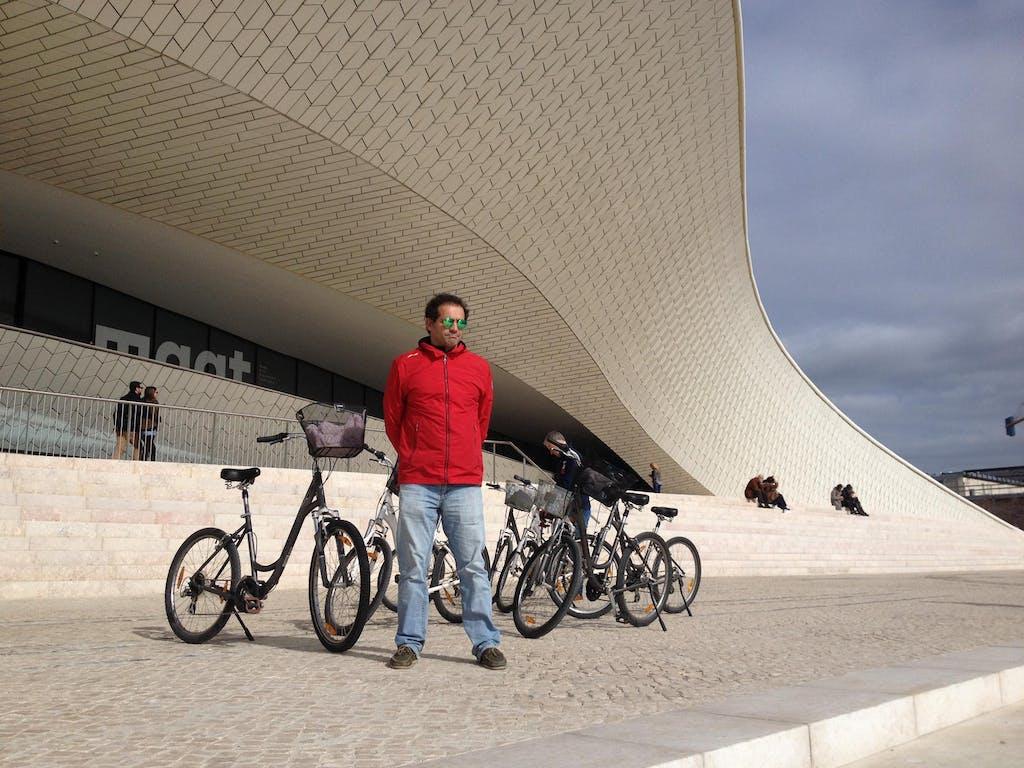 Vor dem MAAT-Museum