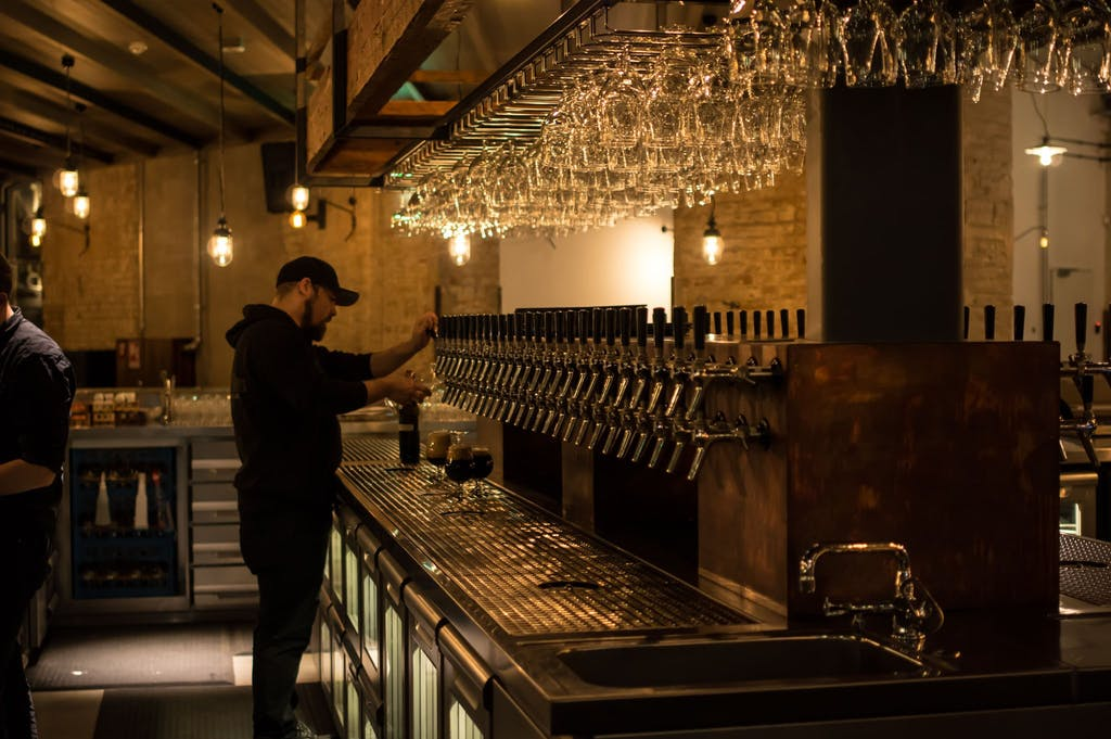 Barmann an der Zapfanlage bei Stone Brewing Berlin