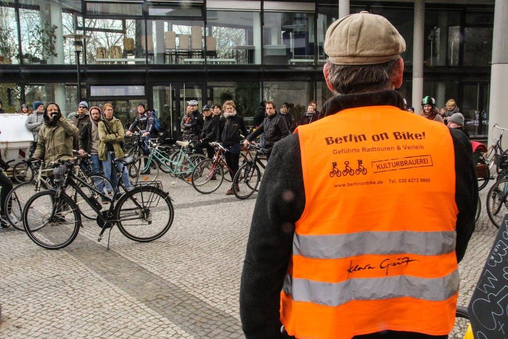 Teilnehmer der Techno Radtour Berlin Music Ride mit Guide