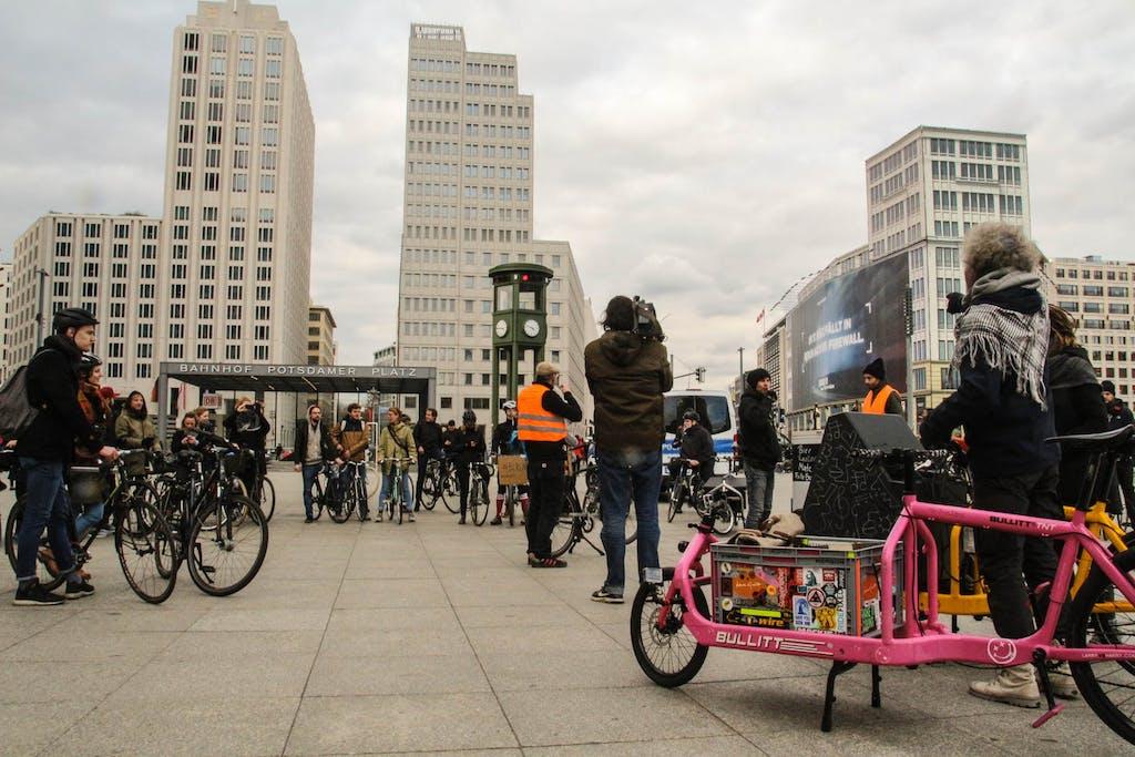 Radfahrer bei einer Radtour am Potsdamer Platz