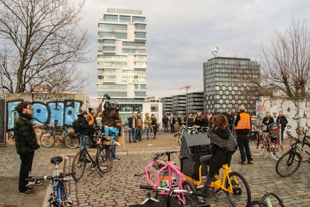 Teilnehmer einer Radtour mit Lastenrädern und Soundbike gegenüber der EastsideGallery und Living Bauhaus.