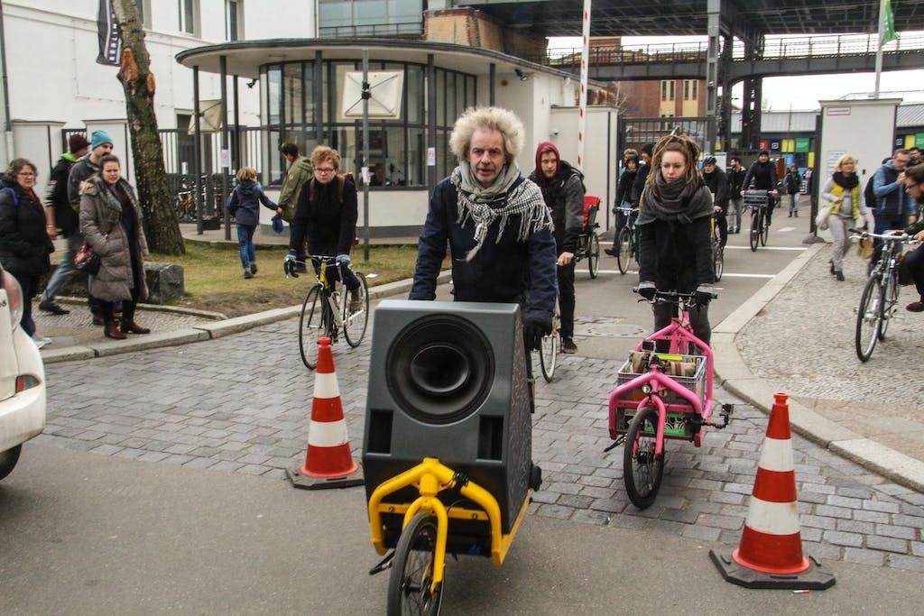 Soundbike fährt vom Gelände der Berliner Fahrradschau