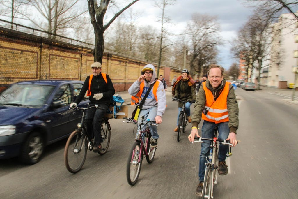 Radfahrer bei gemeinsamer Fahrradtour mit Warnwesten