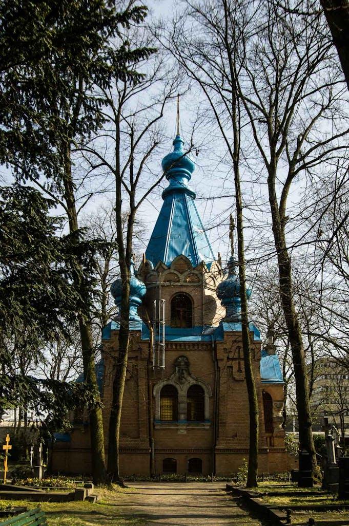 Kirche mit blauem Dach und Zwiebeltürmen, russisch-orthodoxer Friedhof Tegel, Berlin