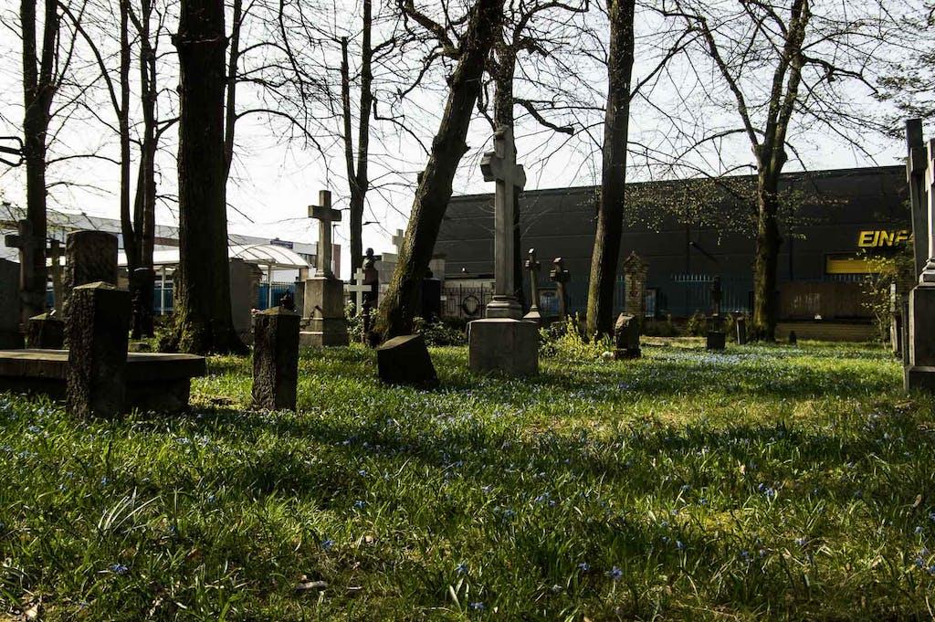 Grabsteinen zwischen Blumen auf dem russisch-orthodoxen Friedhof in Berlin-Tegel.