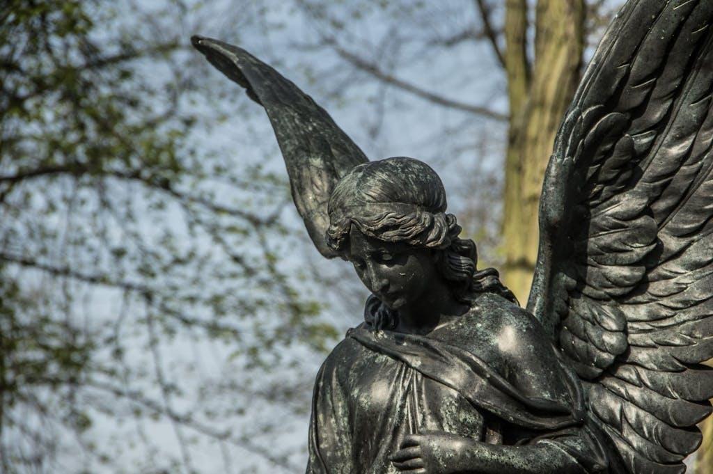 Closeup eines Engels auf einem Grab auf dem russischen Friedhof in Berlin Tegel