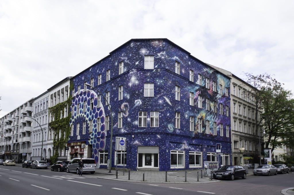 Dieses beeindruckende Mural an einem Eckhaus in der Bülowstraße haben wir der Argentinerien Marina Zumi zu verdanken.