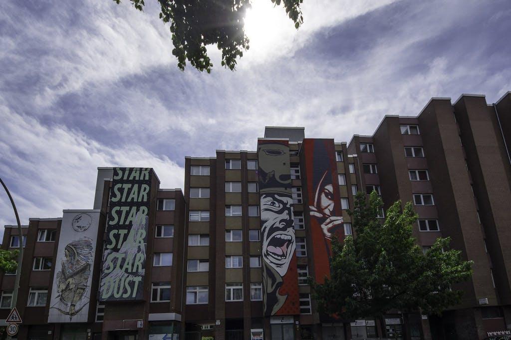 WordtoMother & Cyrcle (links) neben einem Werk von ObEY und D'Face in der Schöneberger Bülowstraße.