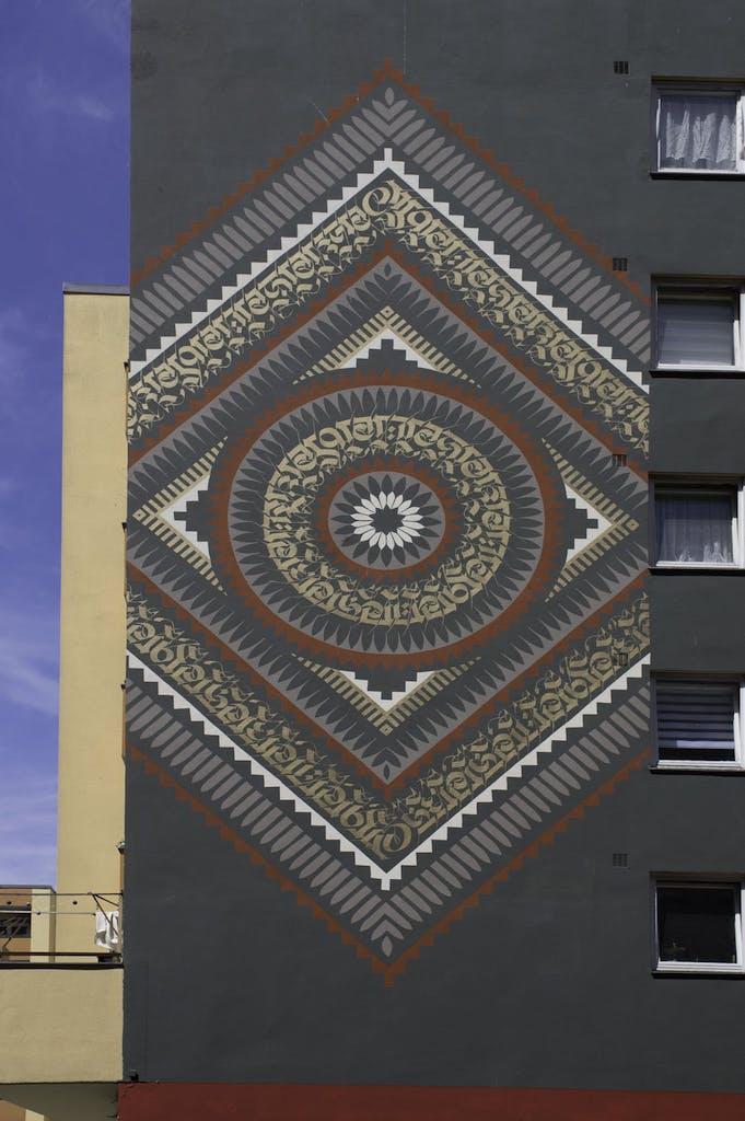 Mural von Cryptik in der Bergrriedstrasse, entstanden im Rahmen des One Wall Projects von Urban Nation.