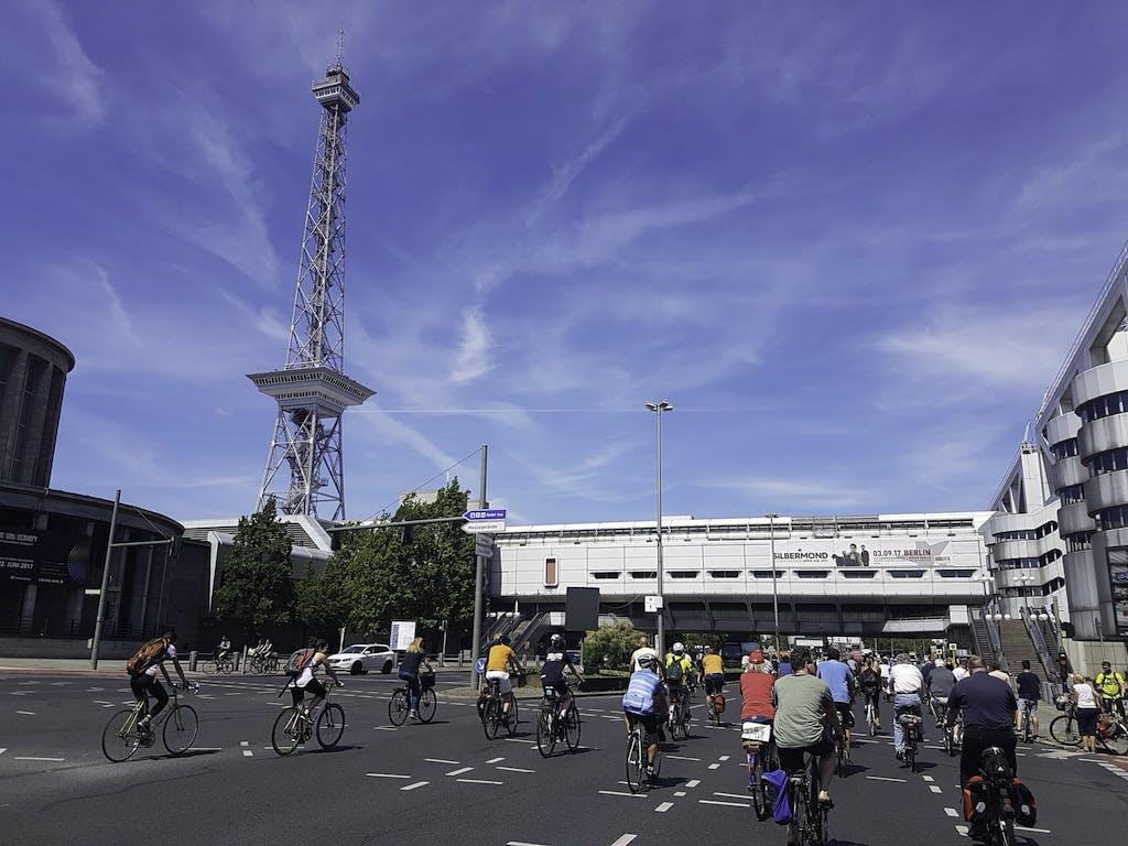 Radfahrer im Bezirk Charlottenburg passieren den Funkturm und das Internationale Congress Centrum in Berlin.
