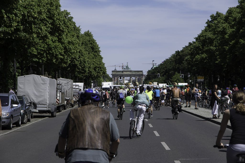 Fahrradfahrer fahren auf das Brandenburger Tor zu, dem Ziel der Sternfahrt 2017.