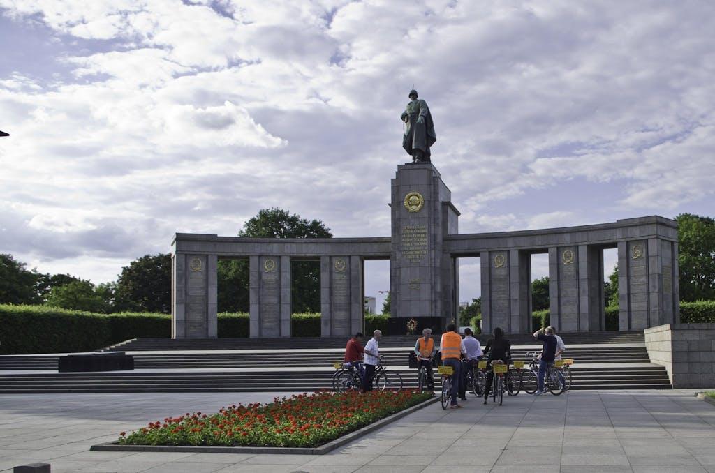 Radtour mit dem Kollegen Pieter vor dem Sowjetischen Ehrenmal in Berlin Tiergarten.
