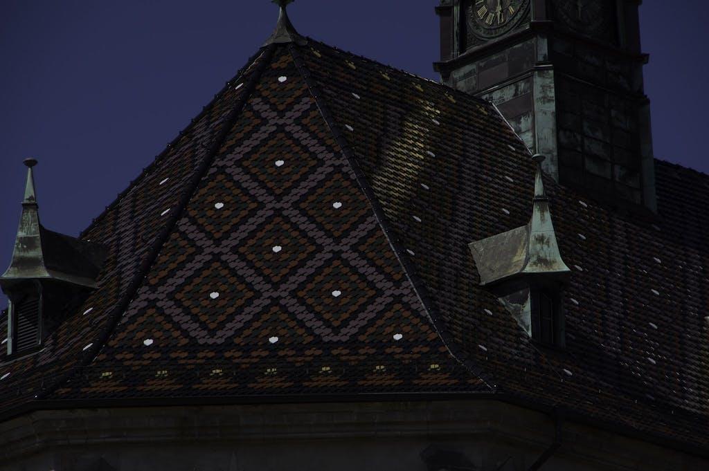 Farbenfrohes Dach der Schlosskirche Wittenberg.