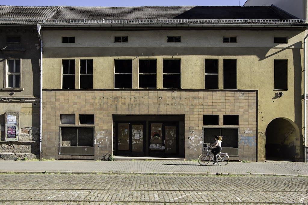 Leerstehendes Haus in der Dessauer Innenstadt.