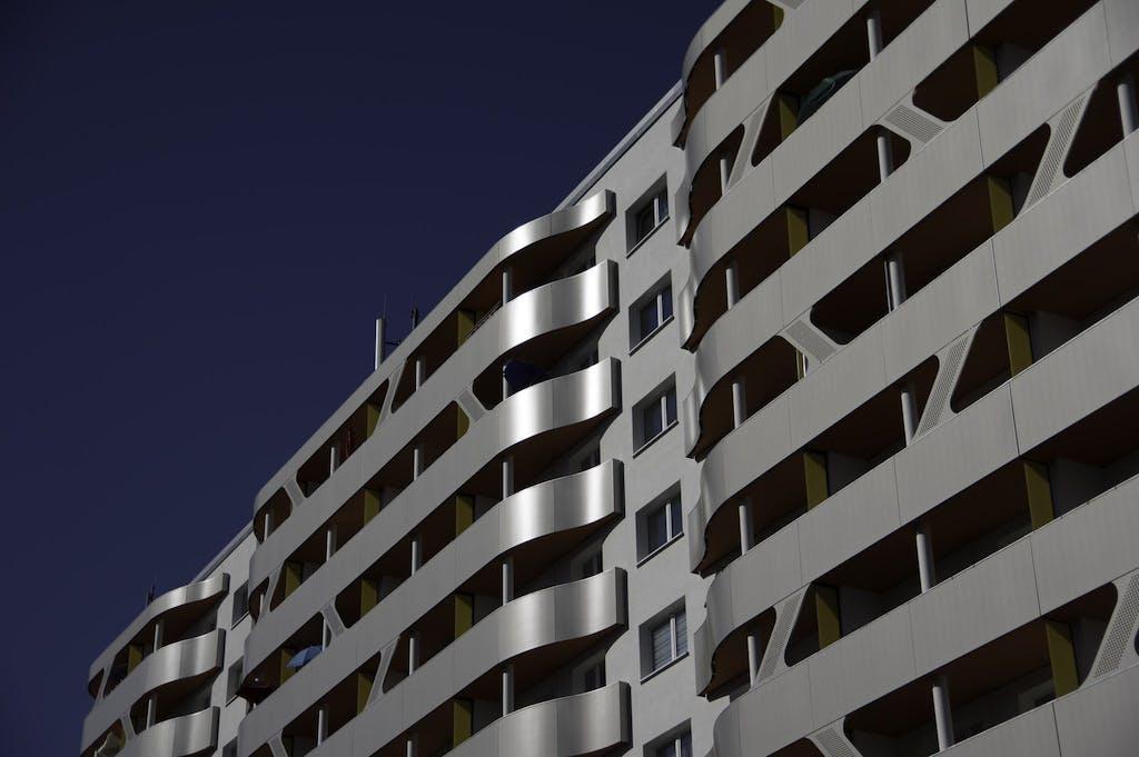 """Dieses """"Plattenbautuning"""" in Dessau erinnert ein bisschen an das Berliner ICC."""