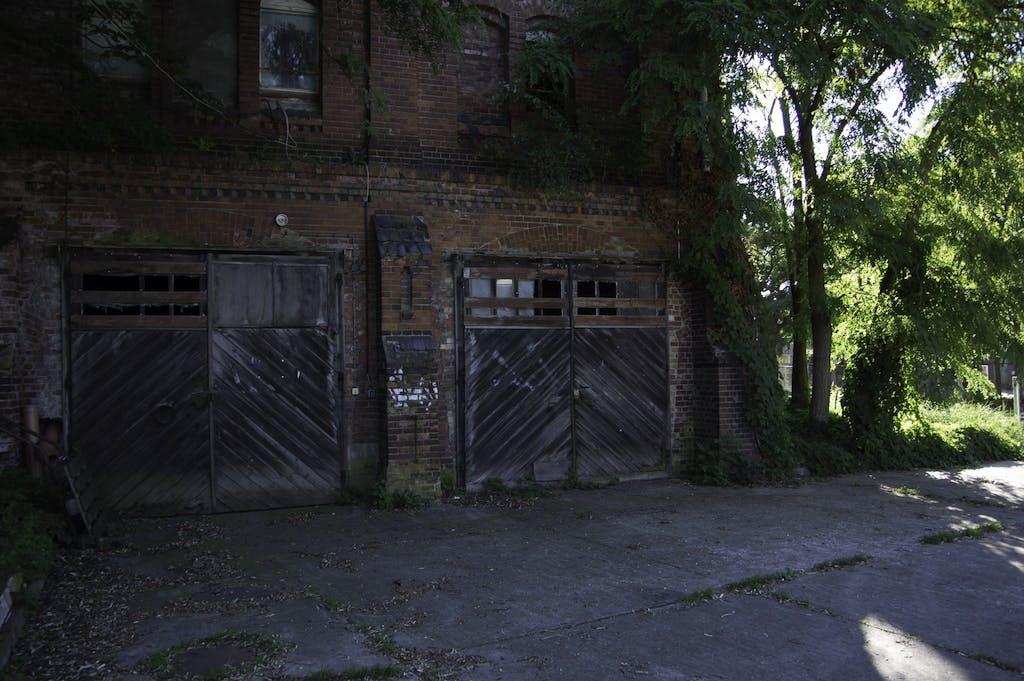 Garagen auf einem verlassenen Brauereigelände in Dessau.