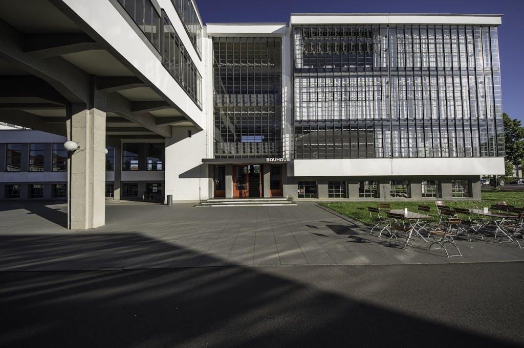 Eingang des Werkstatt-Gebäude am Dessauer Bauhaus mit der berühmten roten Tür