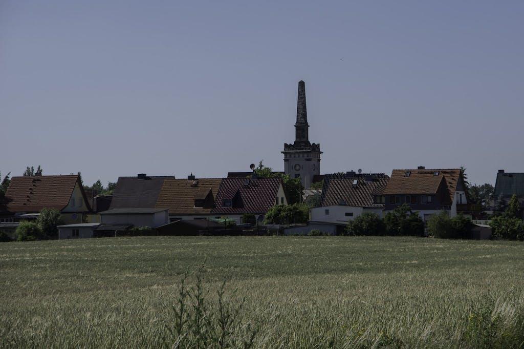 Obelisk auf einem Kirchturm