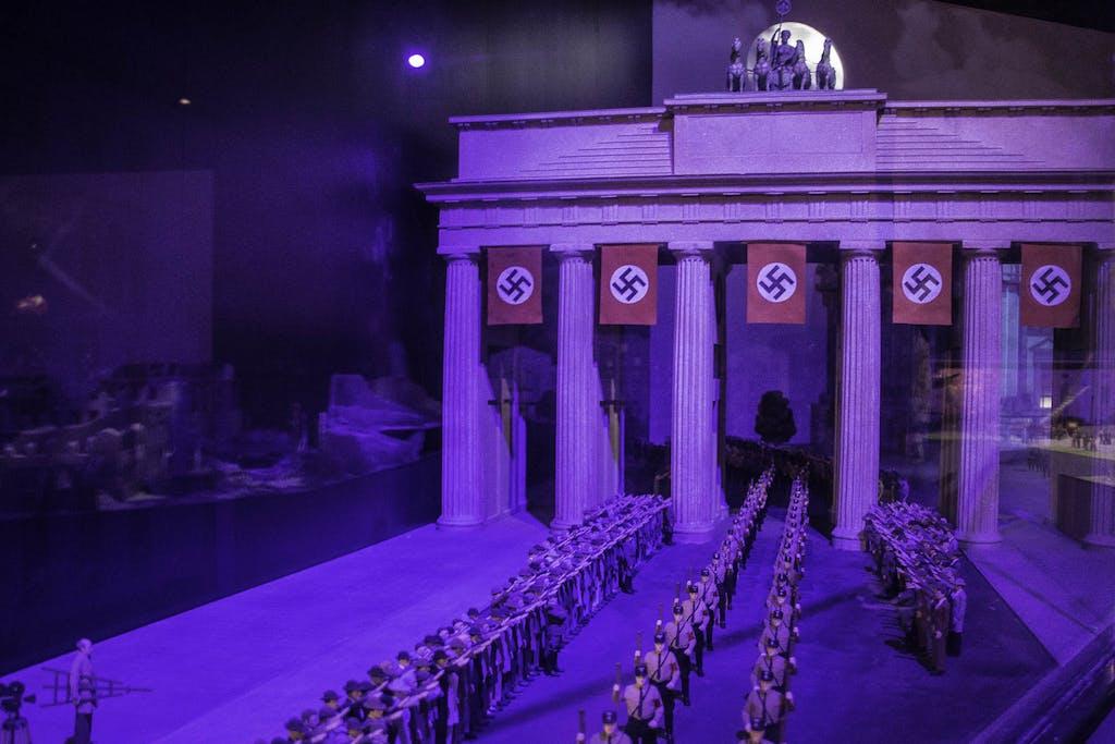 Vor der Zerstörung kommt der Wahn; die SA beim Marsch durchs Brandenburger Tor.