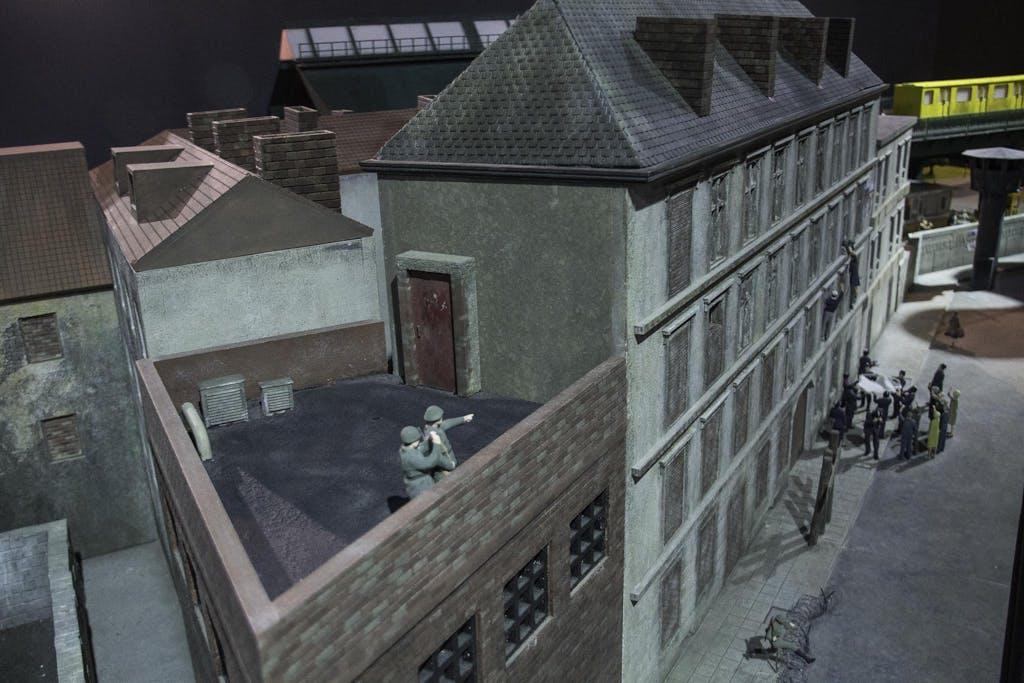 An der Bernauer Straße standen die Häuser im Osten, während der Bürgersteig schon im Westen war. In den ersten Wochen nach dem Mauerbau konnten so noch 1000e durch die Fenster flüchten, bevor erst die Fenster zugemauert und dann die Häuser abgerissen wurden.