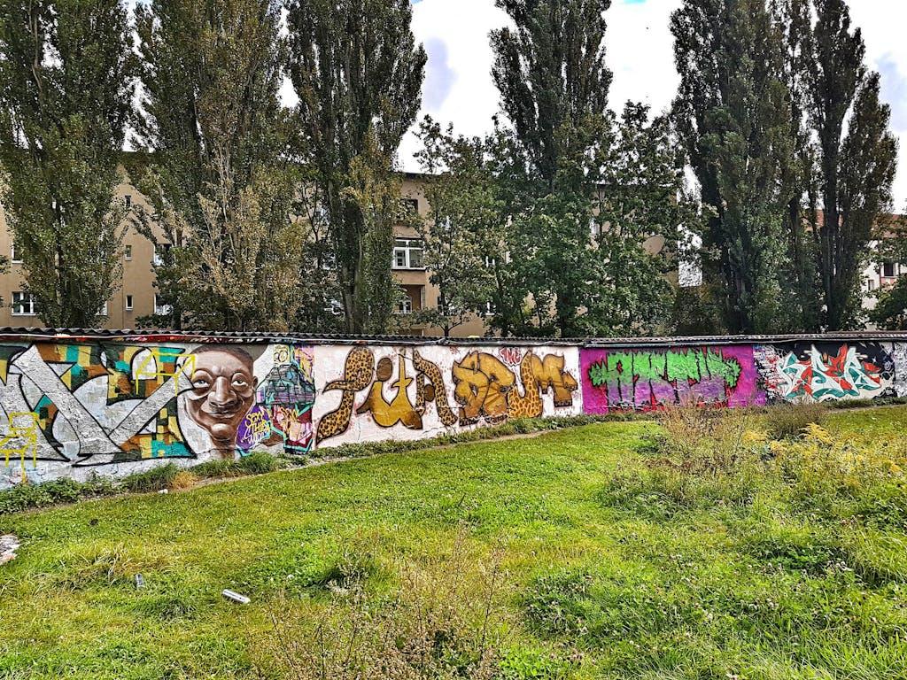 Mauerrest mit Graffiti in Pankow