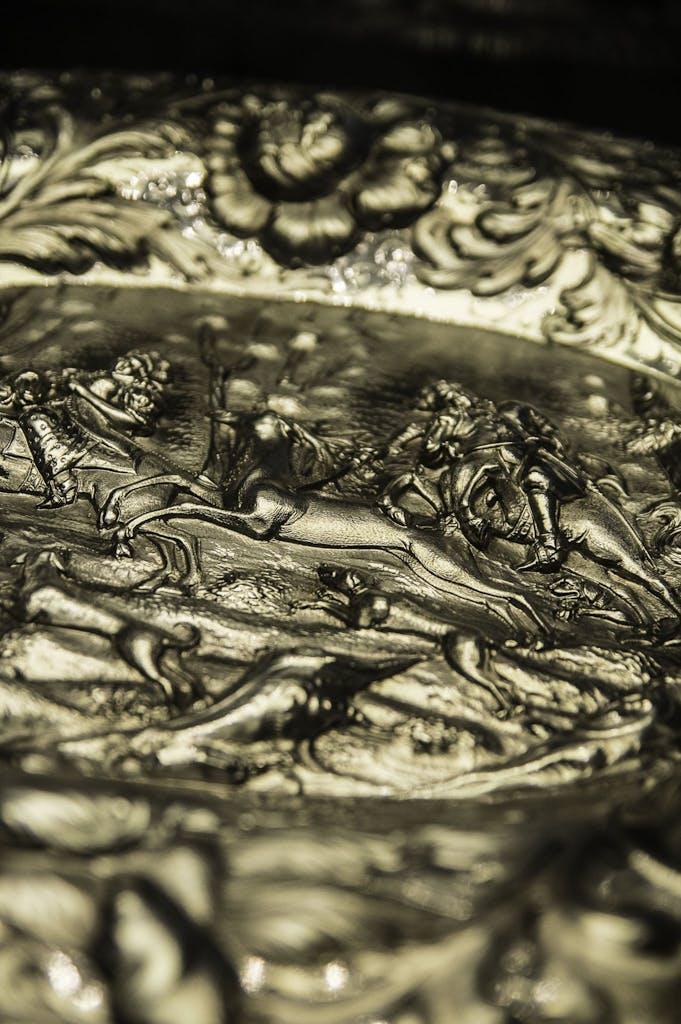 Silberteller aus dem Besitz der preußischen Adelsfamilie derer zu Dohna in der Ausstellung des SChloss Schönhausen.