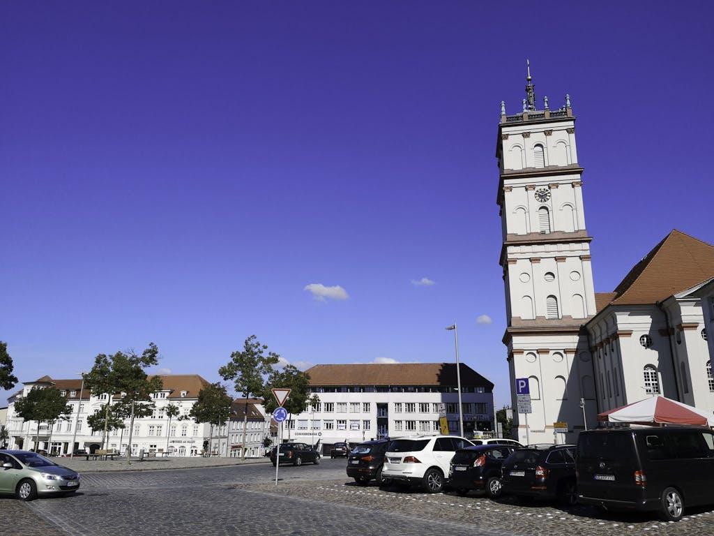 Marktplatz Neustrelitz mit barocker Kirche