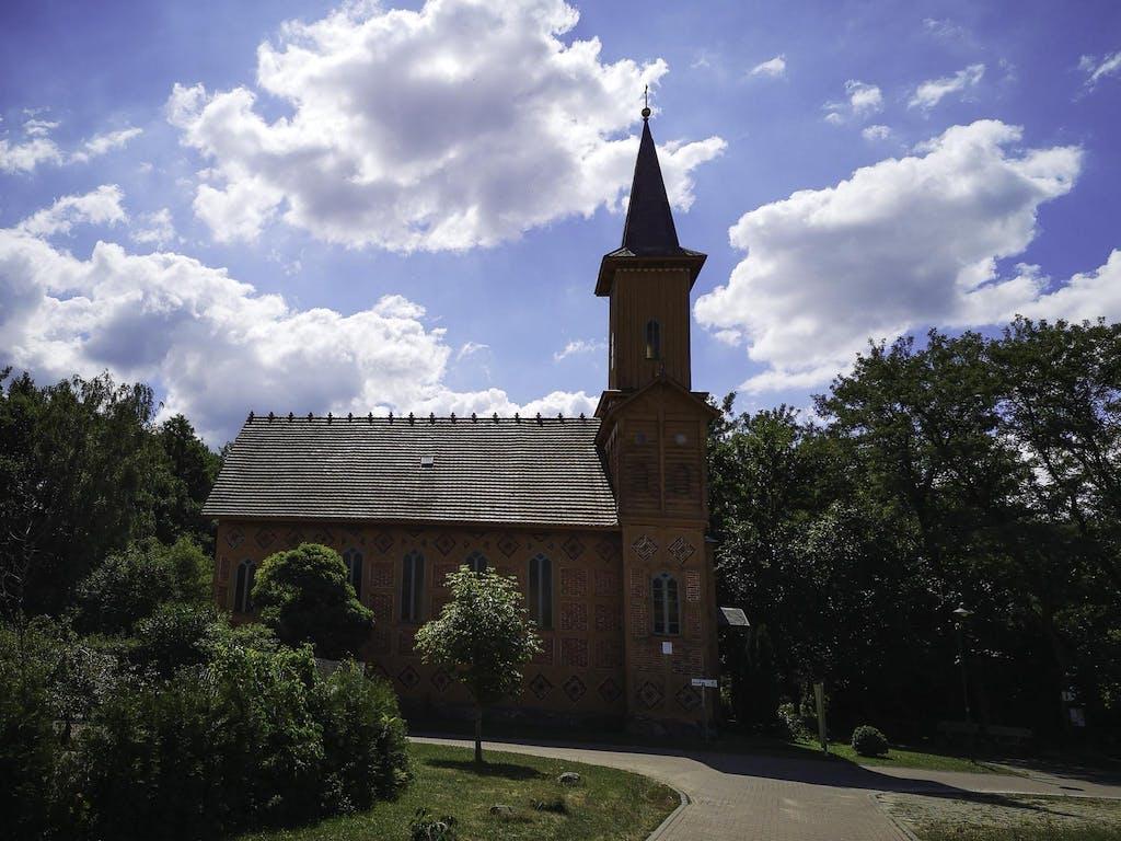 Holzkirche, die wir auf unserer Brandenburg Radtour gefunden haben.
