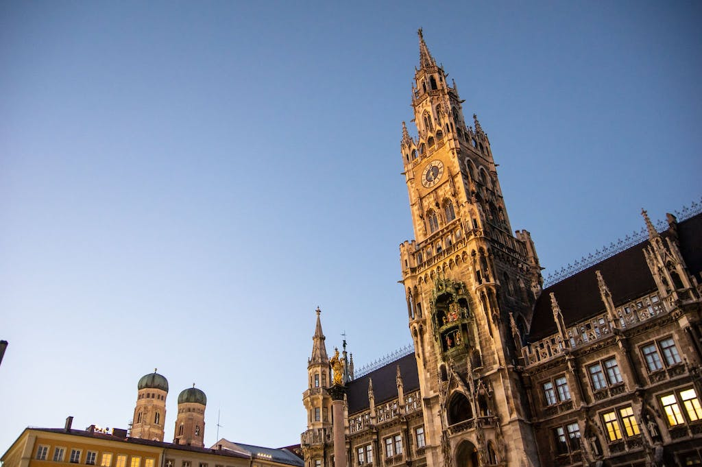 Townhall and Frauenkirche in München with a blue sky