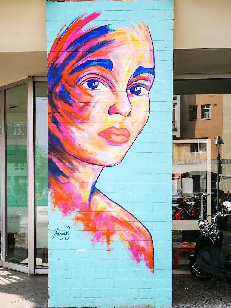 Manyoly is a French artist famous for her colorful portraits of women. Her work is easily recognizable by the broad strokes and the popping Colors.