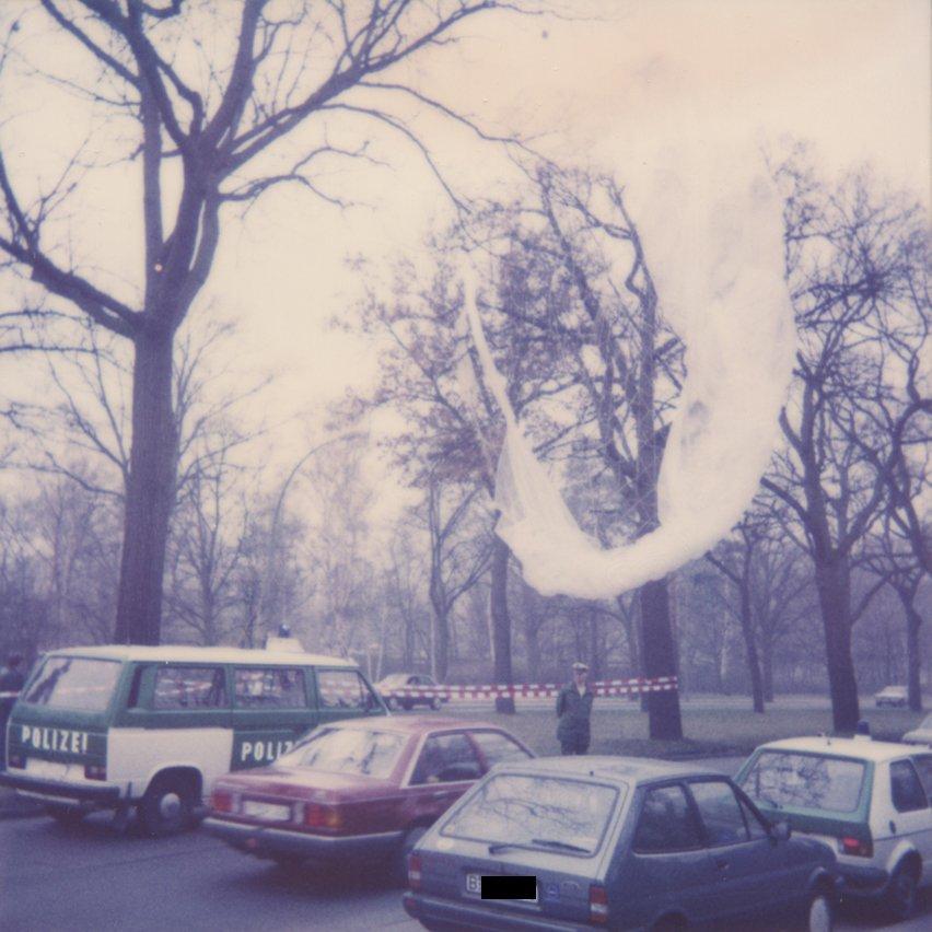 Winfried Freudenberg's gas balloon in a gymasium, where the police tried to reconstruct the events of March 7th. (Foto: Polizeihistorische Sammlung/Der Polizeipräsident in Berlin)