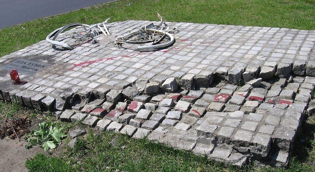 Mahnmal in Breslau für die Opfer des Tiananmen-Massakers. Zerbrochenes Fahrrad und Panzerspuren.