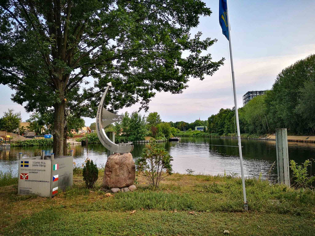 The Steglitz marina - harbour seems a bit grandiose - is set on a green peninsula in the canal and it even has a memorial. Not sure what it was about, but I seem to remember something about an engineer for racing boats.