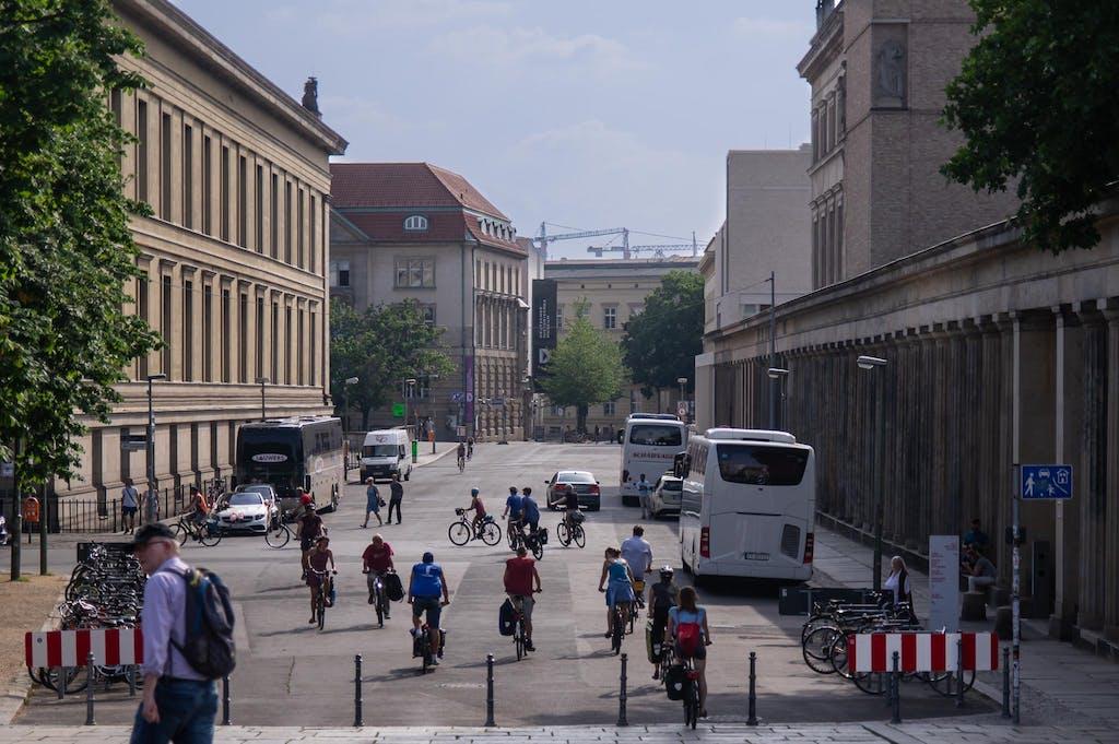 Blick von der Friedrichbrücke Richtung Süden, links das Alte Musem, rechts die Kollonaden der Museumsinsel.