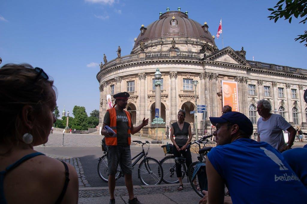 Kurzer Stopp zwischen ehemaliger Alexanderkaserne und Bodemuseum.