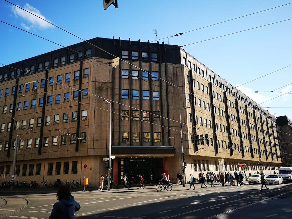 80er Jahre Plattenbau an der Kreuzung Chaussee-Invalidenstraße.