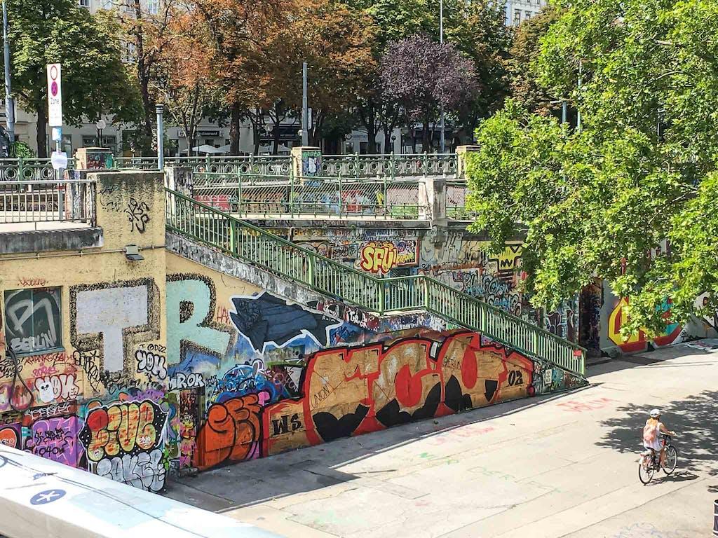 Freitreppe in Wien mit streetart übersäht.