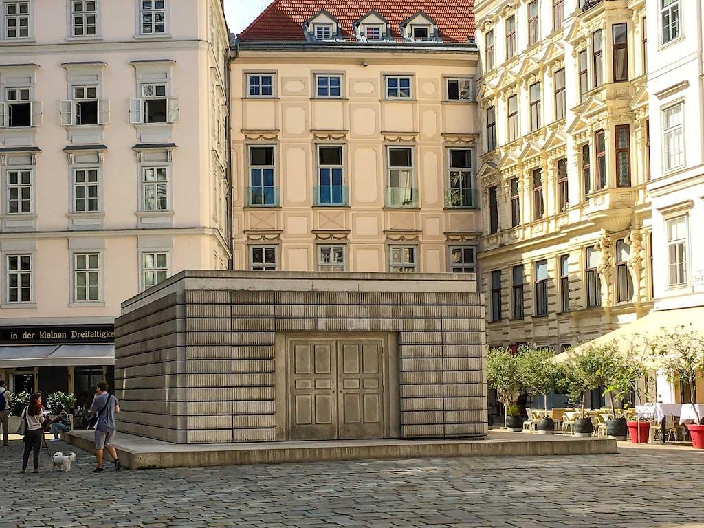 Das Holocaust-Mahnmal in Wien fällt dann etwas kleiner aus als in Berlin, aber schließlich war Österreich ja Hitlers erstes Opfer - ahem, nicht wahr.., da hat keiner gejubelt in '38