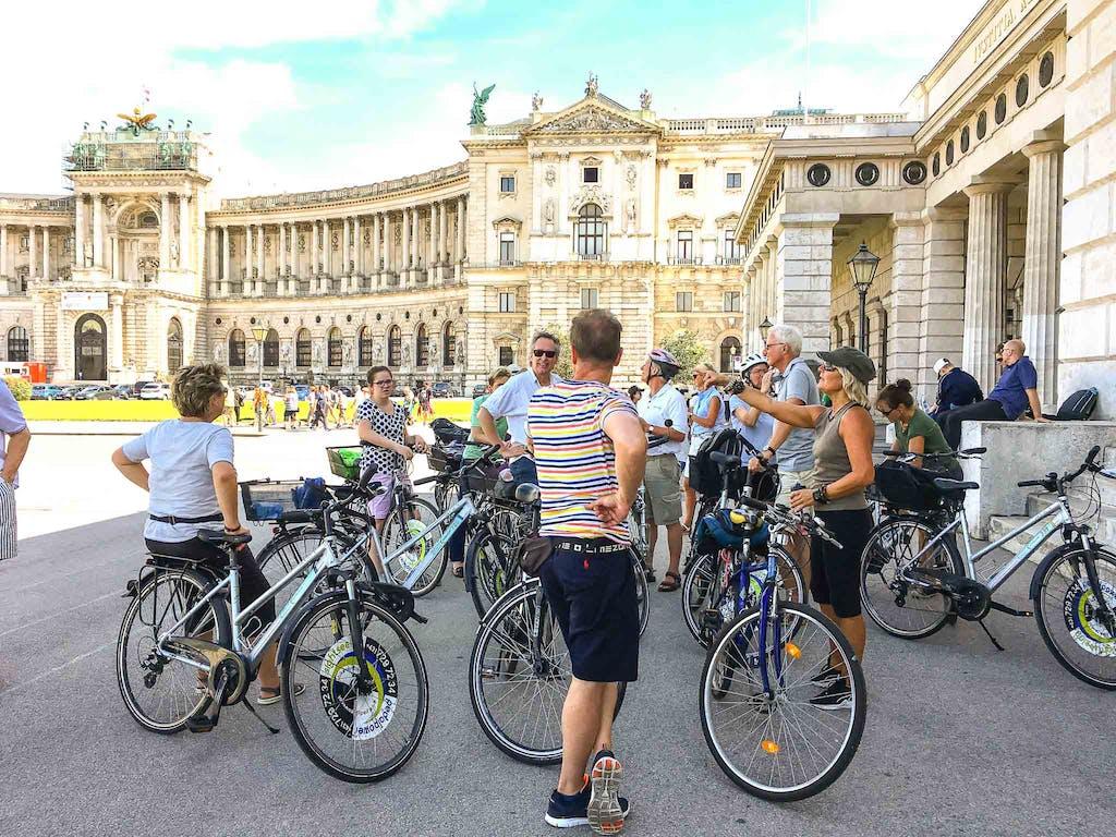Zwischenstop an der Neuen Hofburg, wobei die geschwungene Fassade angeblich als Vorbild der kgl. Bilbiothek am Berliner Bebelplatz gedient hat.