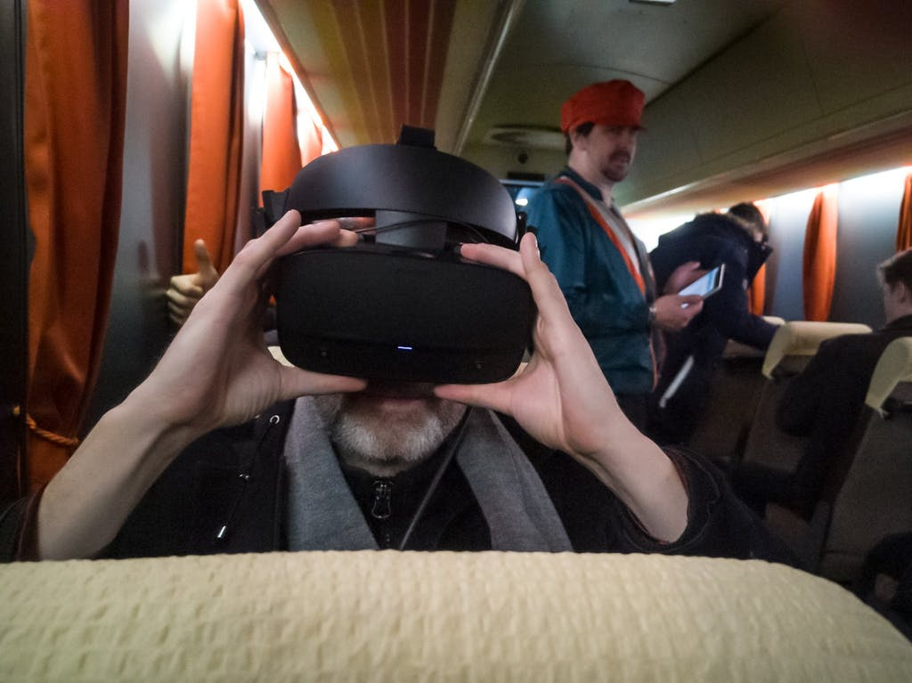 Blogger Sascha ruckelt sich bei TimeRide erst einmal die VR-Brille zurecht