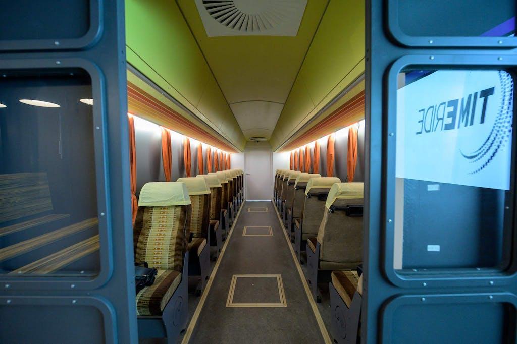 """Als """"Vorführraum"""" dient ein alter DDR-Bus."""