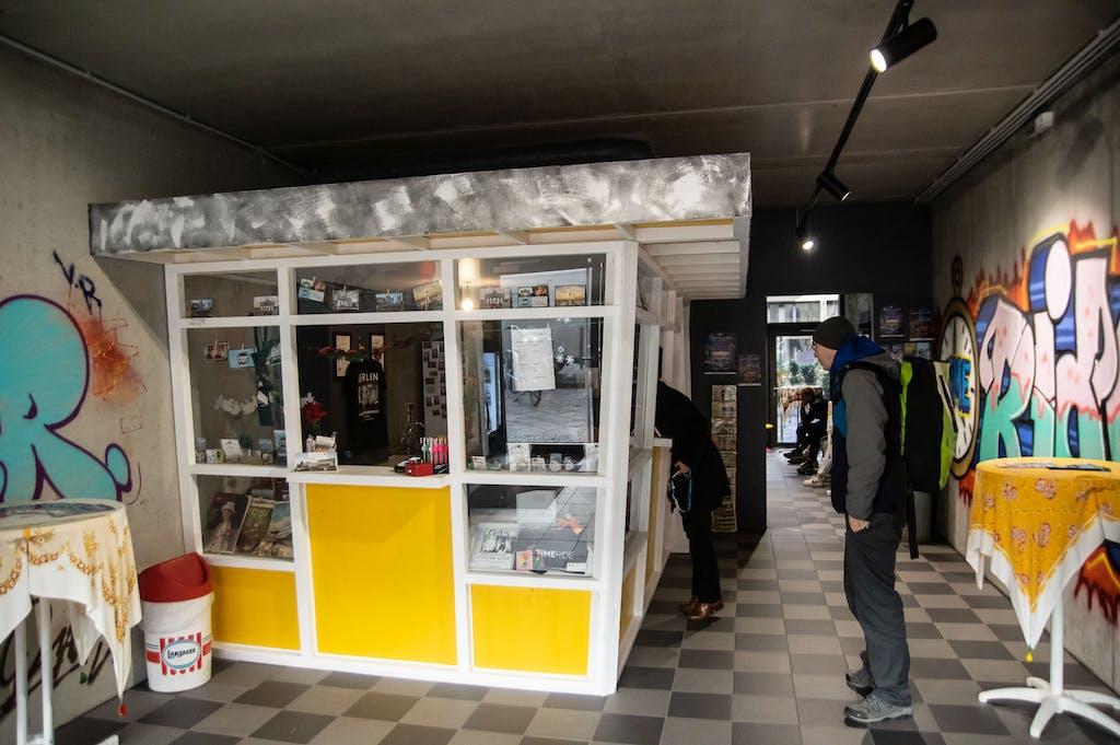 Engeangsbereich bei timeride Berlin mit einem DDR Kiosk aus den den 60ern
