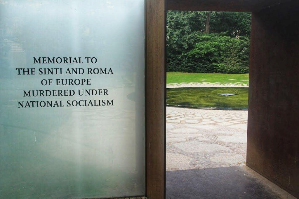 Eingang zum Denkmal für die ermordeten Sinti und Roma in der NS Zeit