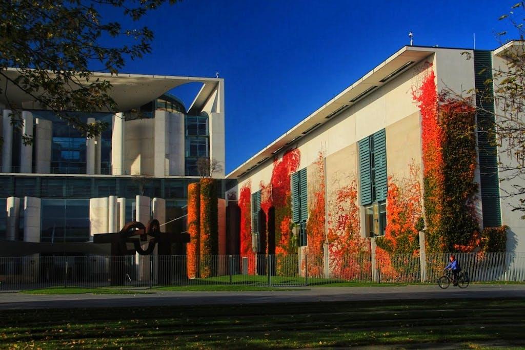 Das Bundeskanzleramt erstrahlt in Herbstfarben