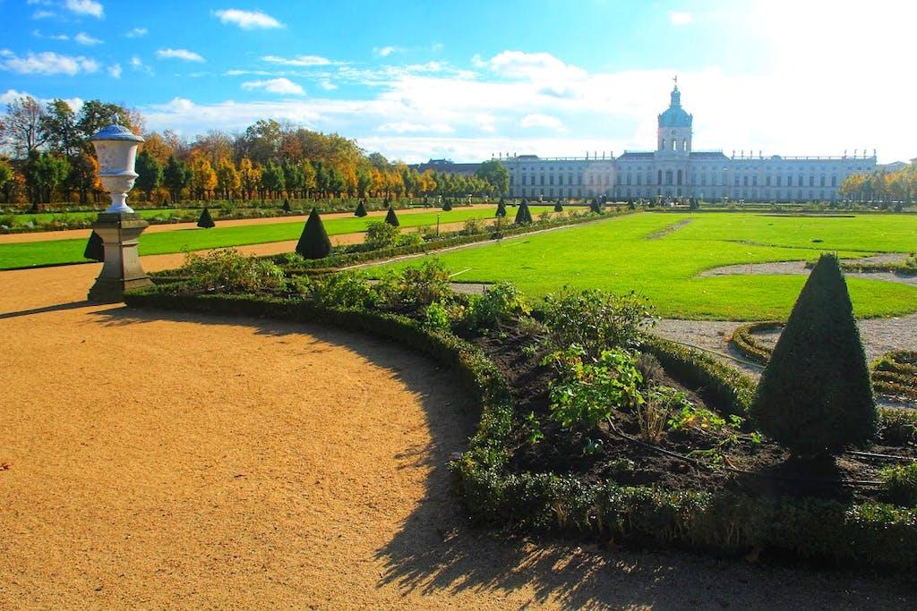 Akkurat angelegte Beete im französischen Teil des Schlossparks am Schloss Charlottenburg