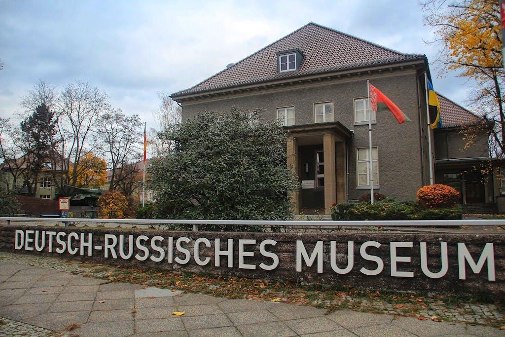 Im Speisesaal des Offizierscasinos der Festungspionierschule wurde die Kapitulation der deutschen Wehrmacht unterzeichnet. Heute befindet sich hier das Deutsch-Russische Museum, in Erinnerung an den Krieg zwischen Deutschland und der Sowjetunion